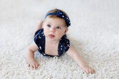 Neonata adorabile sveglia in vestiti e fascia blu Immagine Stock