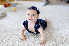 Neonata adorabile sveglia in vestiti e fascia blu Fotografia Stock