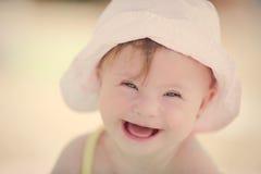 Neonata allegra con la sindrome dei bassi che gioca nello stagno Fotografie Stock