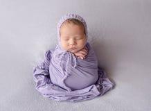 Neonata appena nata addormentata fotografie stock
