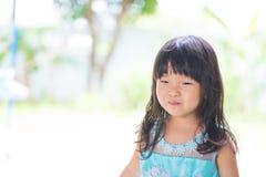 Neonata asiatica adorabile in vestito blu, su backg bianco e verde Immagini Stock Libere da Diritti