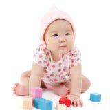 Neonata asiatica che gioca i blocchi di legno Fotografia Stock Libera da Diritti