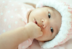 Neonata asiatica che mette su letto immagini stock libere da diritti