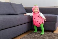 Neonata asiatica con il condimento del partito di Halloween fotografia stock