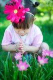 Neonata asiatica con il fiore fotografia stock libera da diritti