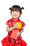 Neonata asiatica felice in vestito cinese rosso immagine stock libera da diritti