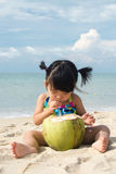 Neonata asiatica sulla spiaggia Fotografie Stock