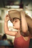 Neonata bionda con il cappello di estate sulla spiaggia Fotografie Stock