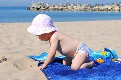 Neonata in buona salute che gioca sulla spiaggia Immagini Stock Libere da Diritti