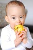 Neonata in buona salute che ha un morso della mela Fotografie Stock