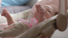 Neonata calma nel sedile rimbalzante a casa archivi video