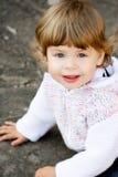 Neonata in cardigan bianco lavorato a maglia Fotografia Stock