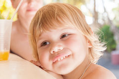 Neonata caucasica sveglia con vetro di succo d'arancia Immagini Stock Libere da Diritti