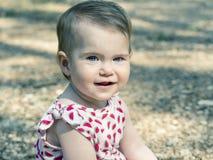 Neonata che esamina macchina fotografica con gli occhi azzurri espressivi È si immagini stock libere da diritti