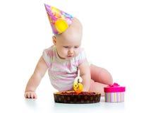 Neonata che esamina torta di compleanno fotografie stock libere da diritti