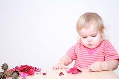 Neonata che fa la composizione in autunno Fotografia Stock
