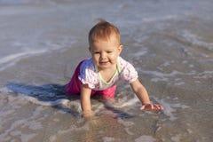 Neonata che gioca in acqua Fotografia Stock Libera da Diritti