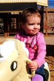 Neonata che gioca alla sosta Immagine Stock