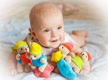 Neonata che gioca con i giocattoli Fotografia Stock