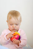 Neonata che gioca con il giocattolo Fotografie Stock Libere da Diritti
