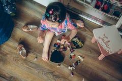 Neonata che gioca con le clip di capelli che si siedono nel Fotografia Stock Libera da Diritti