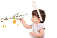 Neonata che gioca con le uova di Pasqua Immagine Stock Libera da Diritti