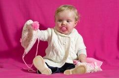 Neonata che gioca con una sciarpa e un cappello Fotografia Stock