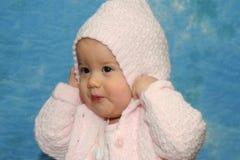 Neonata che gioca maglione rosa Immagini Stock Libere da Diritti