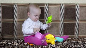 Neonata che gioca mentre sedendosi sullo strato archivi video