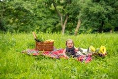 Neonata che gode sul picnic fotografia stock libera da diritti