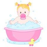 Neonata che ha un bagno Immagini Stock