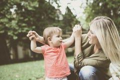 Neonata che impara camminata immagini stock libere da diritti