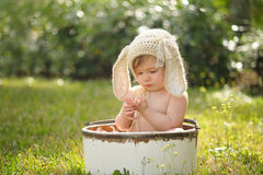 Neonata che indossa Bunny Bonnet Immagine Stock Libera da Diritti