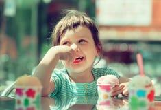 Neonata che mangia il gelato Fotografia Stock Libera da Diritti