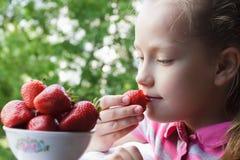 Neonata che mangia le fragole fotografia stock libera da diritti