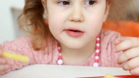 Neonata che mangia le patate fritte degli alimenti a rapida preparazione in un caff? Primo piano del ritratto video d archivio
