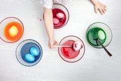 Neonata che prepara le uova di Pasqua Fotografia Stock