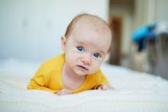 Neonata che si rilassa nella camera da letto Fotografie Stock