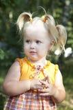 neonata che si siede nel bello giardino. immagine stock