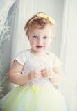 Neonata che sta vicino alla finestra Fotografie Stock Libere da Diritti