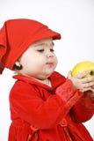 Neonata che tiene una mela Immagine Stock