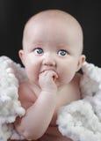 Neonata con i grandi occhi azzurri Immagine Stock