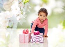 Neonata con i regali di compleanno ed i coriandoli Fotografie Stock