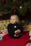 Neonata con i regali sotto l'albero di Natale Fotografia Stock Libera da Diritti