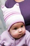 Neonata con il cappello del knit fotografia stock