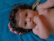 Neonata con il fronte felice fotografia stock libera da diritti