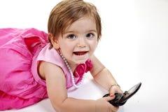 Neonata con il telefono delle cellule fotografia stock