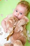 Neonata con l'orso di orsacchiotto fotografia stock libera da diritti
