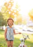 Neonata con la bicicletta Fotografie Stock Libere da Diritti