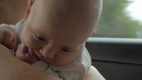 Neonata con la madre sul viaggio stradale archivi video